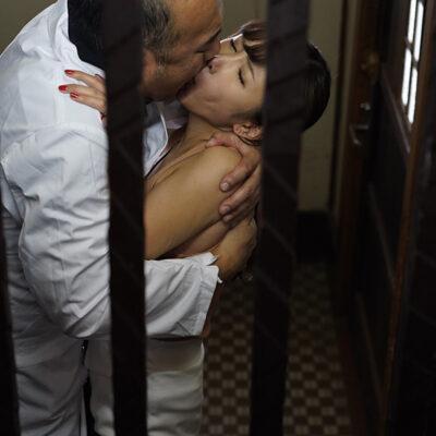 夫が入院中の1週間、元薬剤師の義父のキメキス姦で完堕ちした巨乳妻―媚薬と接吻中毒になったわたし― 我妻里帆-1